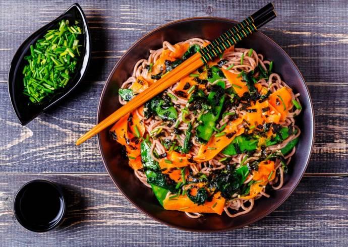 Wegański makaron smażony z warzywami House of Asia