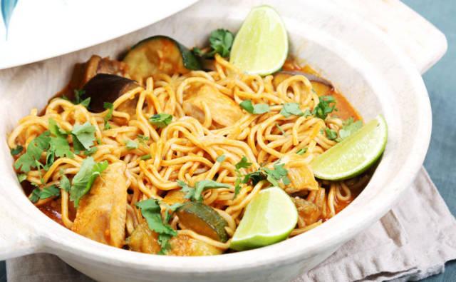Aromatyczny makaron z kurczakiem i czerwonym curry House of Asia