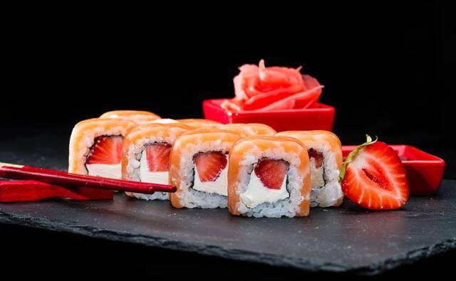 Sushi na słodko z truskawkami i łososiem House of Asia