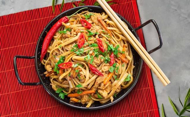 Przepis Kurczak z i makaronem Chow Mein w sosie z czarnego pieprzu House of Asia