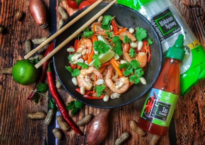 Makaron po tajsku z krewetkami i sosem Sriracha Mateusz Krojenka House of Asia