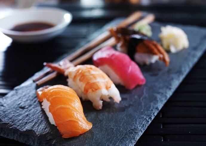 Nigiri sushi z łososiem wędzonym węgorzemHouse of Asia