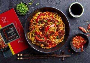 Makaron chow mein z kurczakiem i pastą kantońską stir-fry House of Asia
